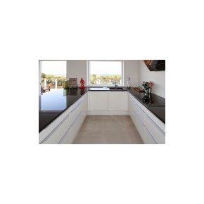 Hvidt køkken med sort stenplade