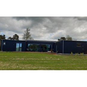 Sort træsommerhus 124 m² + garage 34 m²